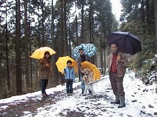 これから建てる家の木材を調達しに兵庫県加美町丹波地区の森林を訪れた家族たち
