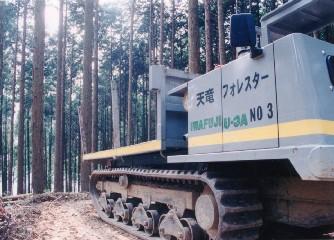 集材作業路の開設と林内作業車を使用する作業システムを採用している