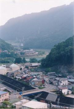 天竜フォレスターの事務所がある竜川地区。急峻な山々が営業エリア