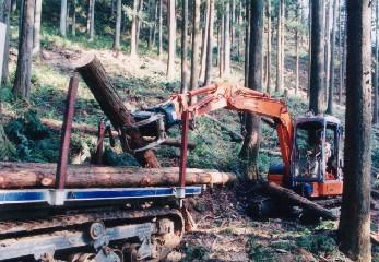 丸太は、グラップルで林内作業車(2.5t積)に積み込み搬出する。機械は大径木を扱う作業に合わせている